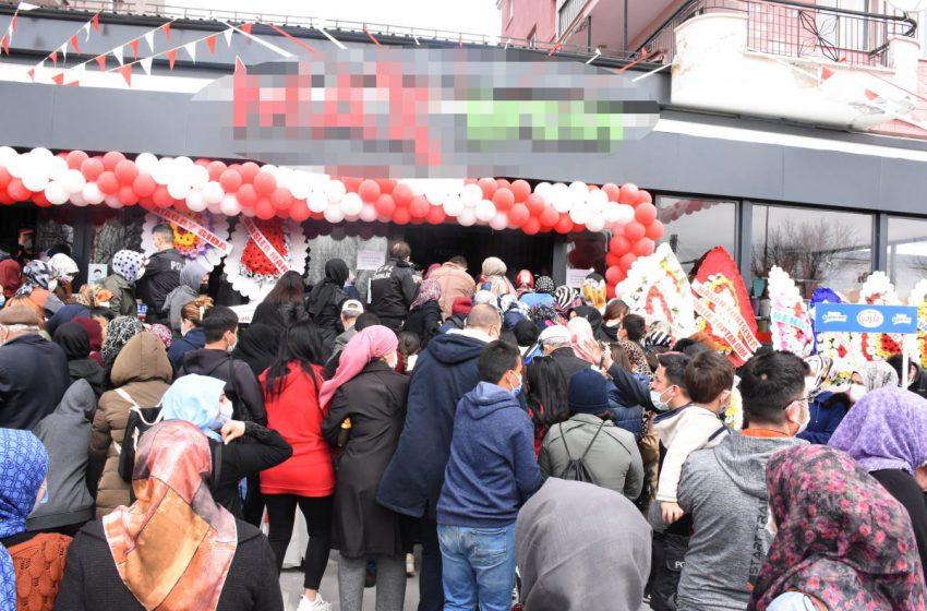 Sivas'ta market indirimi Covid-19'u unutturdu! Valilik kararı ile market kapatıldı